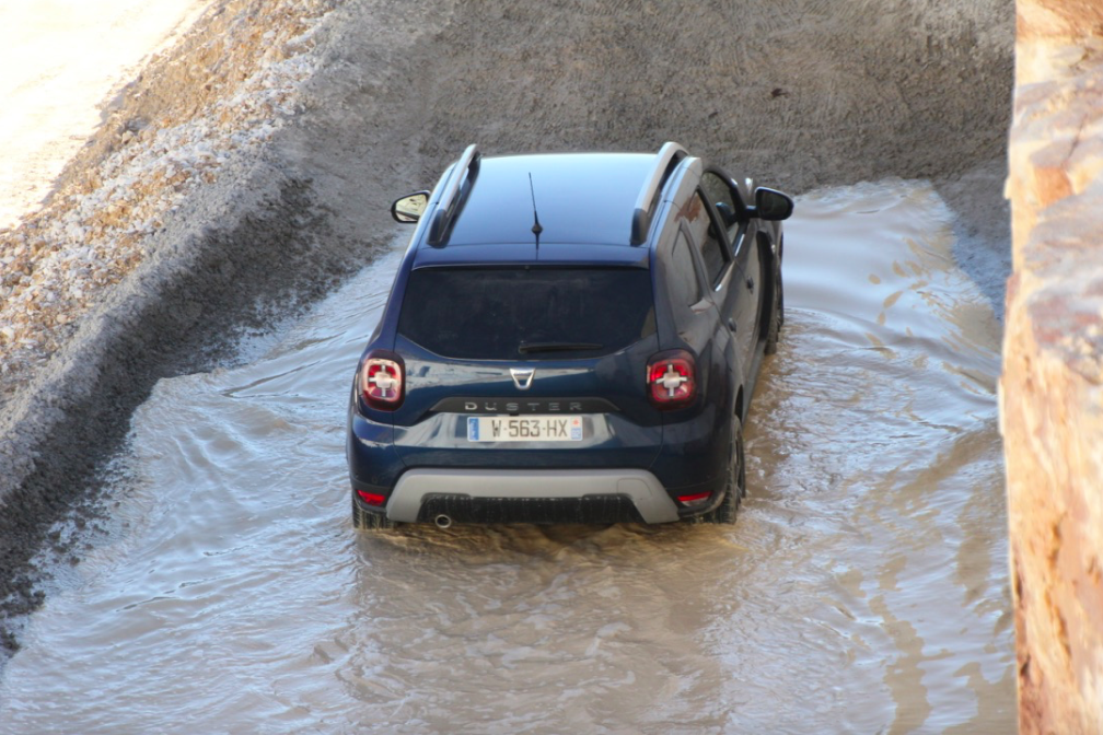 Dacia Duster down hill